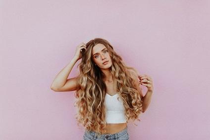 brushing-cheveux-ondules-tendances-2019-2020