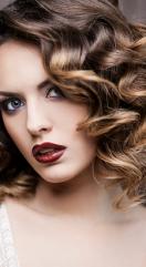 Comment prendre soin de cheveux bouclés: de l'entretien à la coupe