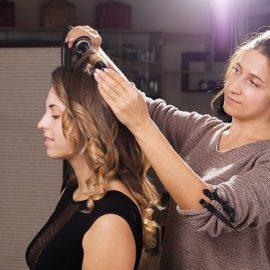 Pourquoi devenir coiffeuse à domicile salariée avec Viadom ?