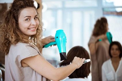 coiffeuse a domicile sereine avec l'appui de Viadom