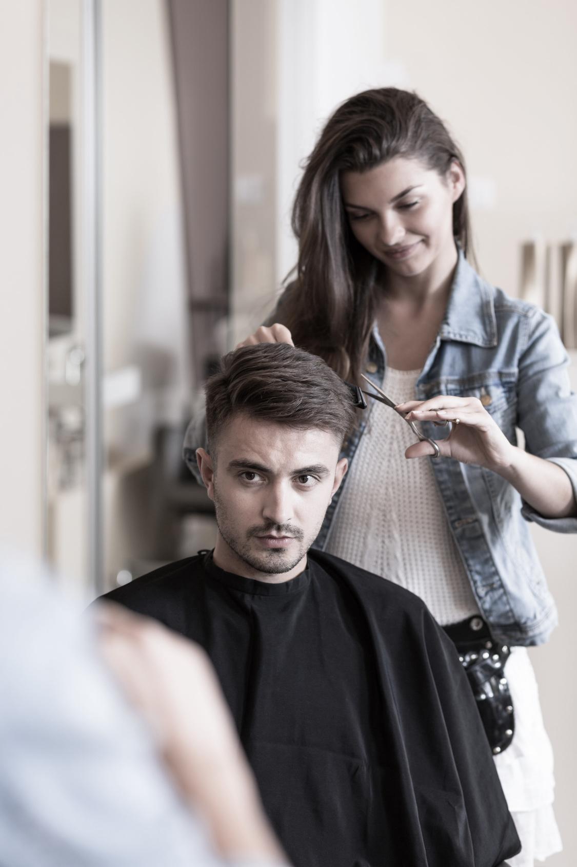 coiffeuse à domicile avec un client