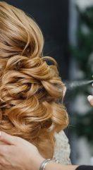 Laque pour les cheveux : un indispensable à emporter en rendez-vous clients ?