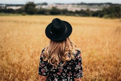 Femme cheveux chapeau - Viadom Professionnel