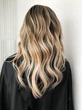 Cheveux blonds ondulés - Viadom Professionnel